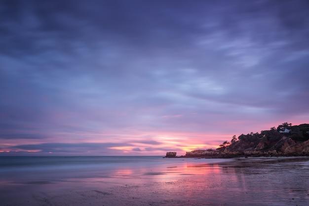 Tramonto magico rosso sulla spiaggia di oura a albufeira. portogallo