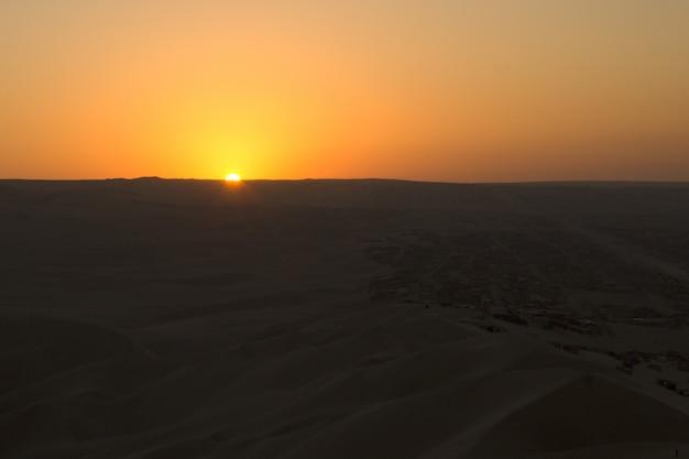 Tramonto nel deserto di huacachina, perù