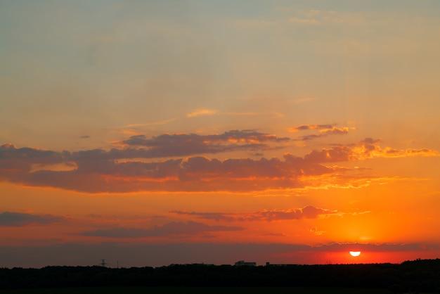 Tramonto nel lato della contea delle nuvole rosa di estate. paesaggio meraviglioso