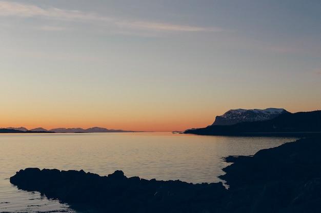 Tramonto nel mare del nord norvegese, sole di mezzanotte