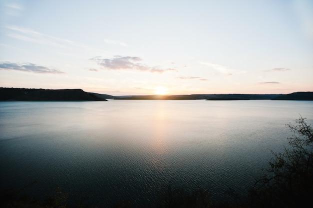 Tramonto sul fiume dnister sul bacino idrico bakota, ucraina