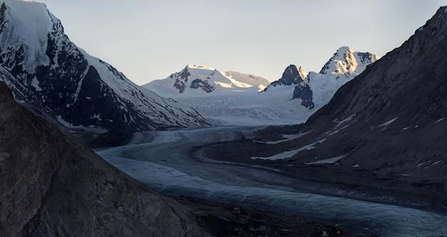 Tramonto sul ghiacciaio drang-drung con una lunghezza massima di 23 chilometri a un'altitudine media di 4, 780