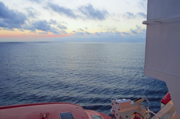 Tramonto sul mare mediterraneo, una splendida vista dalla nave da crociera, scialuppe di salvataggio visibili