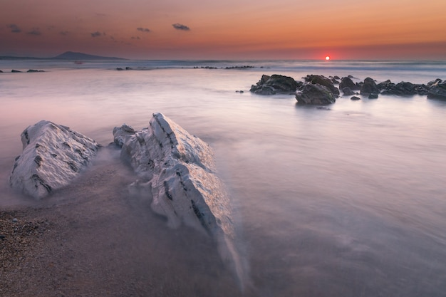 Tramonto sulla spiaggia di bidart vicino a biarritz, paesi baschi.