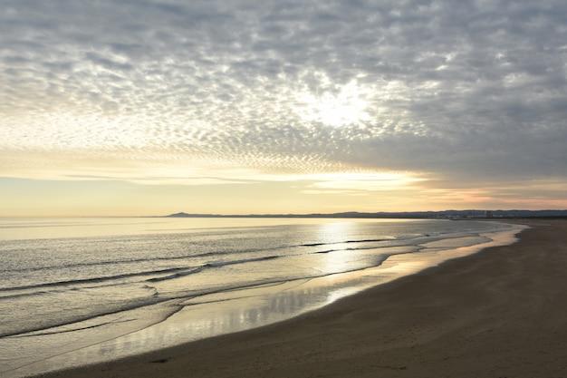 Tramonto sulla spiaggia di vila real de santo antonio, algarve, portogallo
