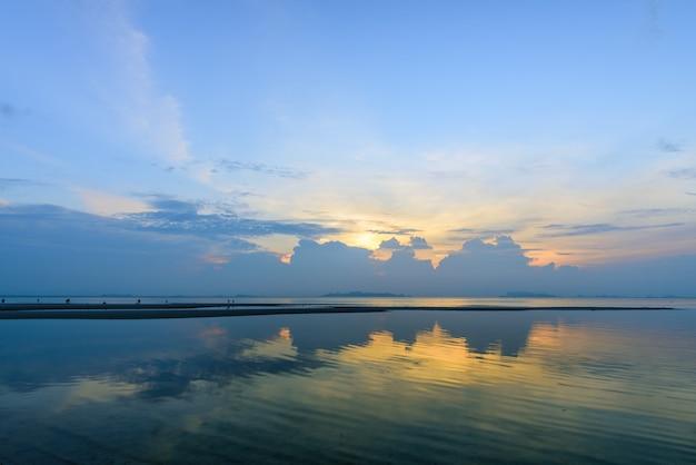 Tramonto tropicale ponoramico drammatico del cielo della spiaggia
