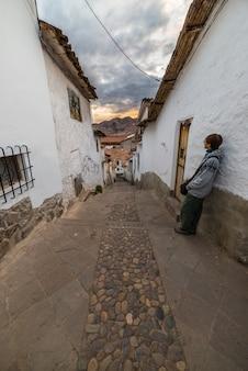 Tramonto turistico in uno stretto vicolo di cusco, perù