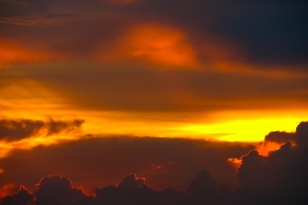 Tramonto variopinto della nuvola di fiamma sul cielo variopinto del raggio e del mare