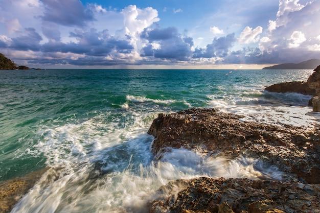 Tramonto variopinto sul mare di estate sull'isola di koh wai, provincia di trat, tailandia.