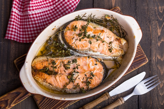 Tranci di pesce al salmone grigliati, cena. cibo salutare. vista dall'alto
