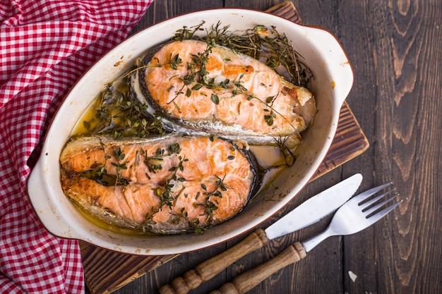 Trancio di pesce di salmone grigliato con bicchiere d'acqua, cena. cibo salutare. vista dall'alto