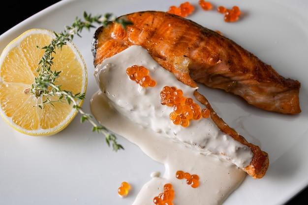 Trancio di salmone con caviale rosso