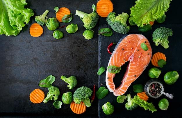 Trancio di salmone crudo e ingredienti per cucinare. vista dall'alto