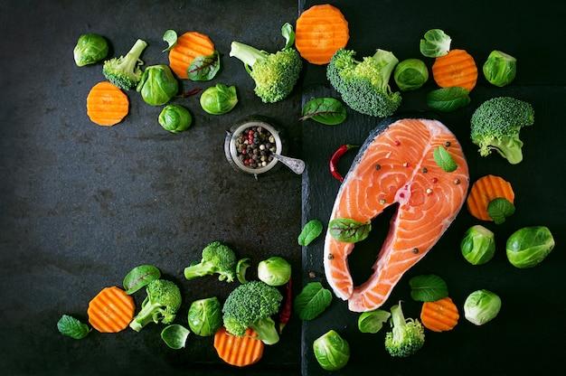 Trancio di salmone crudo e ingredienti per cucinare