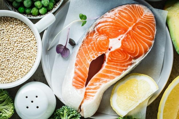 Trancio di salmone crudo e ingredienti, vista dall'alto. sfondo alimentare bilanciato.