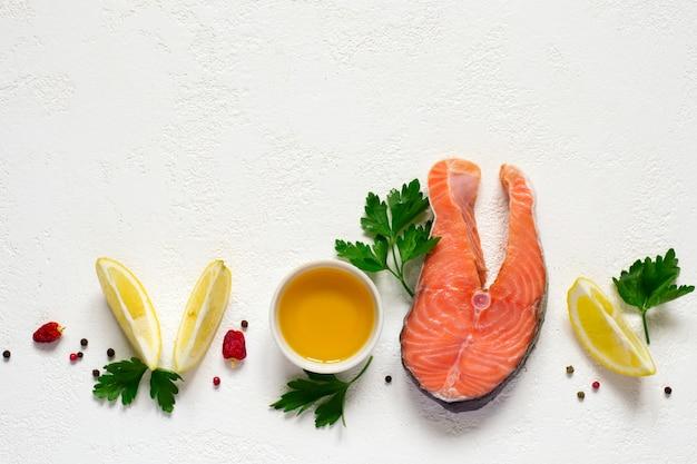 Trancio di salmone crudo fresco, olio d'oliva, limone e spezie