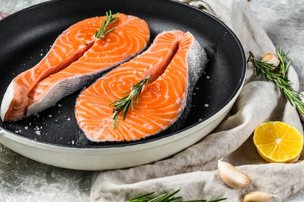 Trancio di salmone crudo in padella. frutti di mare sani. vista dall'alto