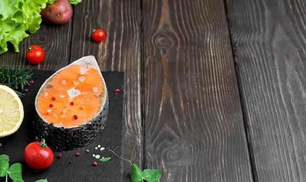 Trancio di salmone fresco con sale e peperoncino