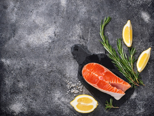Trancio di salmone fresco con spezie