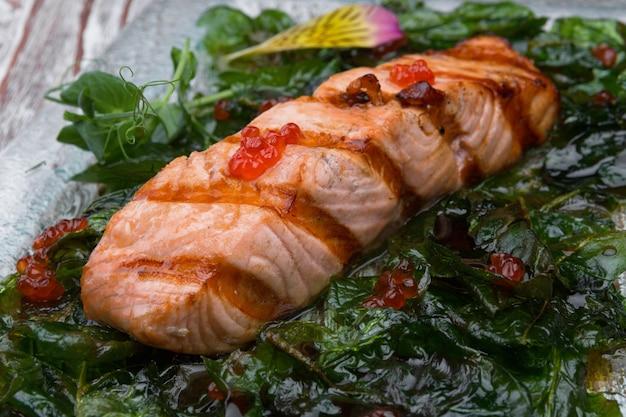 Trancio di salmone fritto con caviale rosso