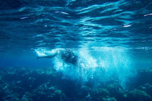 Tranquilla scena subacquea con spazio di copia