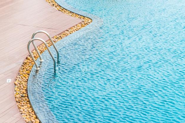 Tranquillo piscina con scala metallica