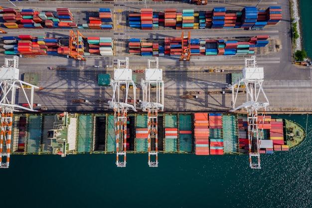 Transazioni commerciali di container aperti in mare aperto