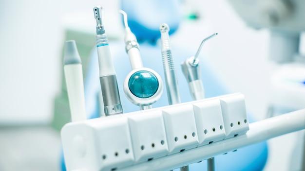 Trapano dentale, strumenti sulla sedia del dentista.