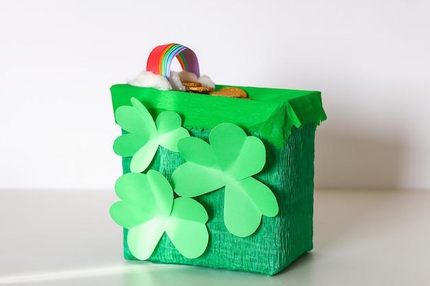 Trappola di leprechaun fai da te con monete d'oro, arcobaleno e scala verde st patricks day sfondo.