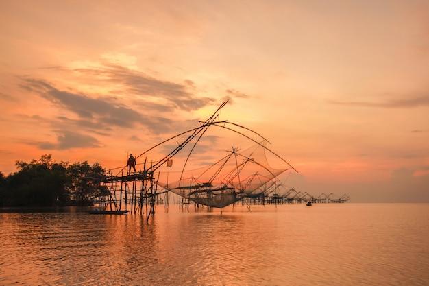 Trappola per la pesca in stile thailandese nel villaggio di pak pra
