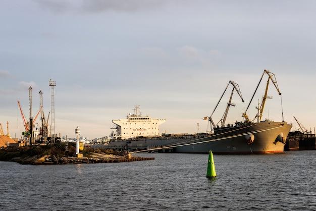 Trasbordo di navi del canale portuale