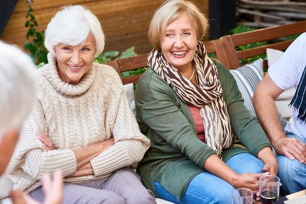 Trascorrere un fine settimana con amici senior