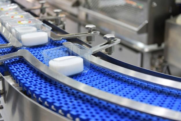 Trasferimento di scatole di prodotti alimentari su automazione industriale di sistemi di trasporto automatizzati per pacchetto