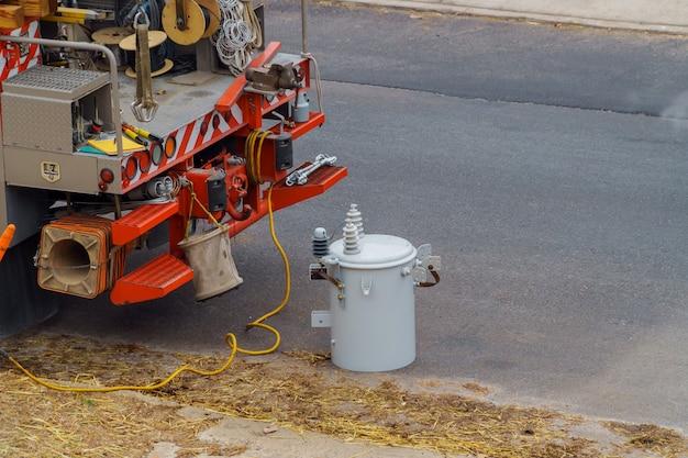 Trasformatori di potenza sono installati il trasformatore elettrico danneggiato dopo la tempesta