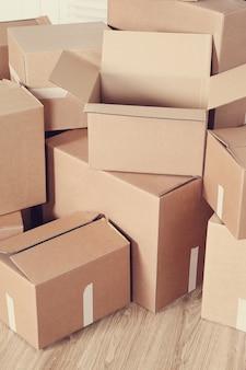 Traslocare a casa con scatole di cartone