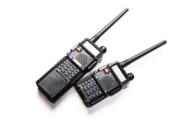 Trasmettitore radio portatile su uno sfondo bianco