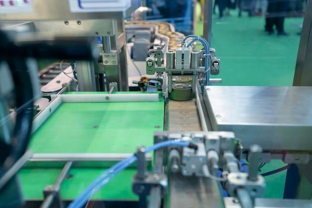 Trasportatore per la produzione di lattine in fabbrica. lattine chiuse industria alimentare in scatola.