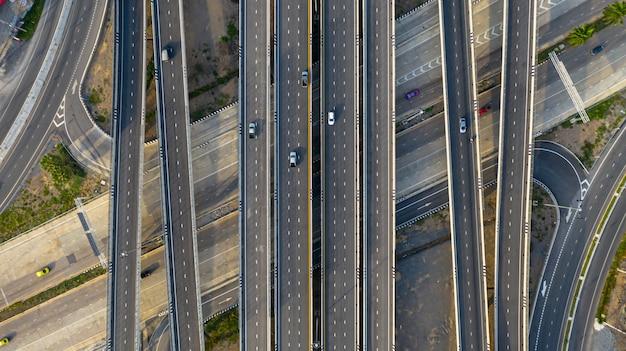 Trasporti la strada della giunzione della città con l'automobile sulla strada trasversale dell'intersezione sparata dal fuco