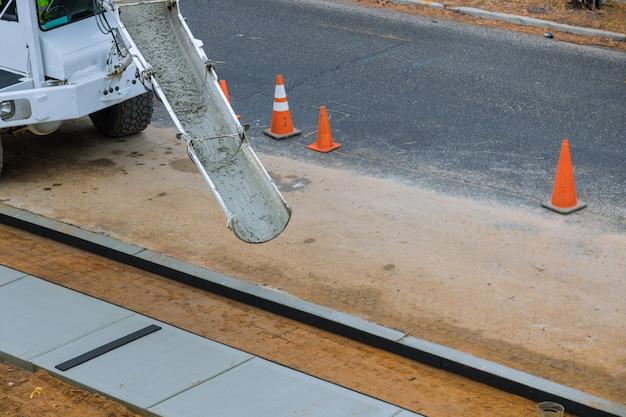 Trasporto camion betoniera con getto di cemento.