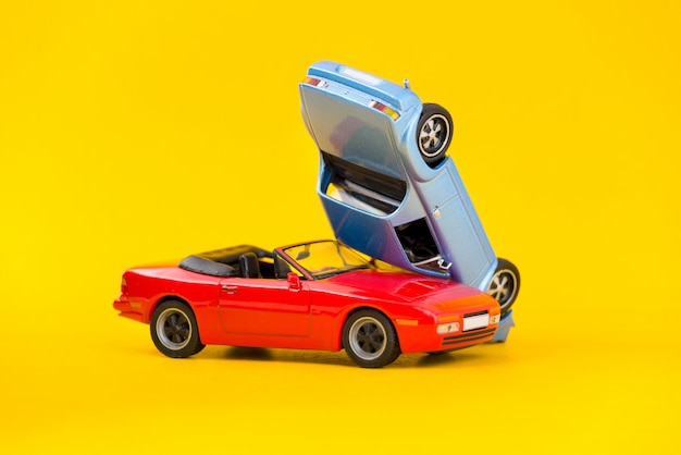 Trasporto di scena dell'incidente stradale e concetto di incidente isolati su giallo