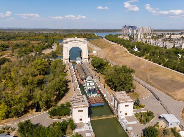 Trasporto merci con attrezzature petrolchimiche ad acqua. il treno merci di rimorchiatori supera la prima chiusa del canale di navigazione volga-don a volgograd. russia