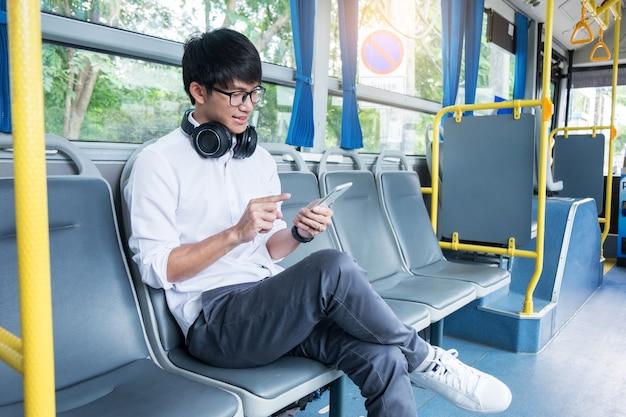 Trasporto passeggeri persone nell'autobus, ascoltando musica mentre tornano a casa.