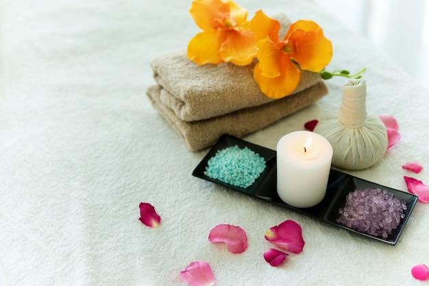 Trattamenti termali per la cura del corpo sul lettino da massaggio