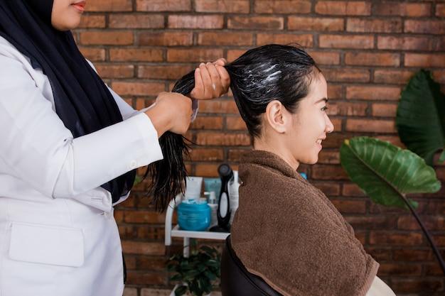Trattamento capelli donna nel salone di bellezza