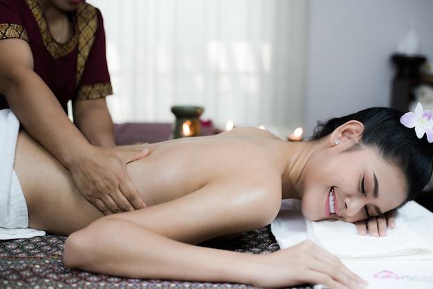 Trattamento delle mani della donna di massaggio del corpo della stazione termale. donna che ha massaggio nel salone della stazione termale