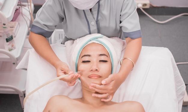 Trattamento di aspirazione di comedone sul viso di donna