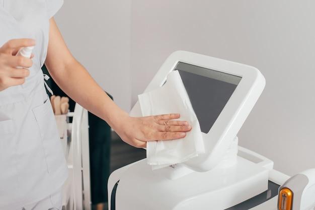 Trattamento di epilazione laser nella clinica di bellezza cosmetica