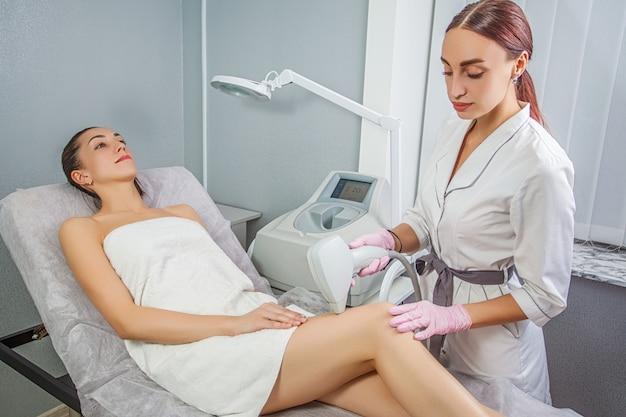 Trattamento di epilazione nella clinica di bellezza cosmetica. cura della pelle laser.