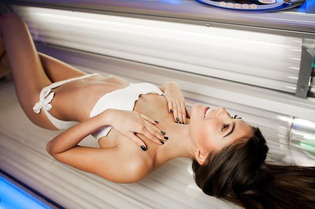 Trattamento donna bella letto solarium