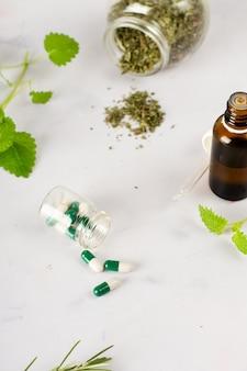 Trattamento medico del primo piano con le erbe sul tavolo